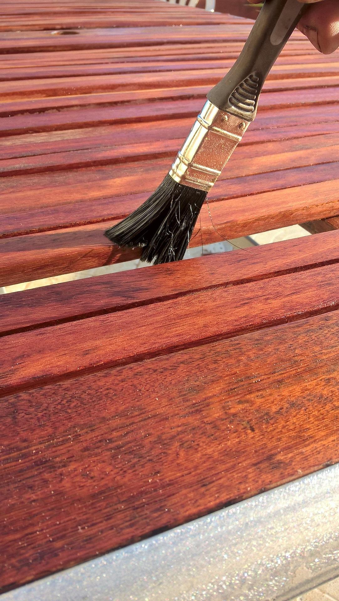 Lerne einen Holzschlitten richtig zu lackieren