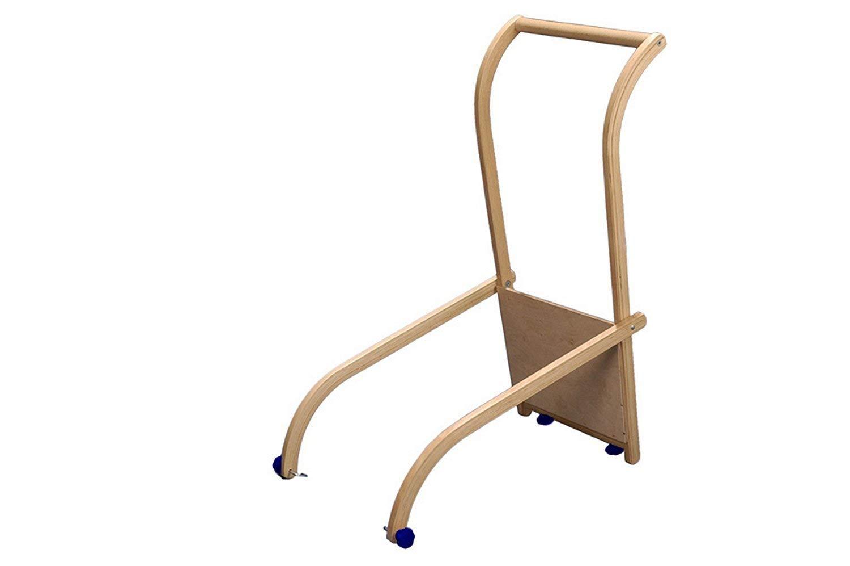Mit Hilfe der Schiebelehne als Holzschlitten Zubehör wird der Schlitten zum Kinderwagen